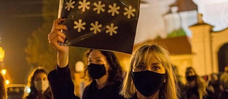 Jarocin. W środę kolejny protest kobiet w Jarocinie. NOWY FILM I ZDJĘCIA z poprzednich manifestacji  - Zdjęcie główne