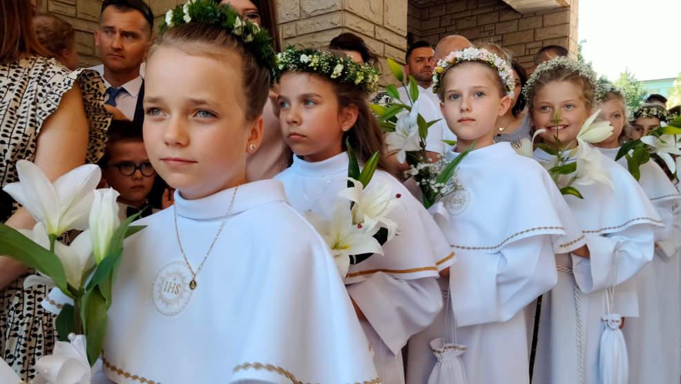 Jarocin. Dzieci przystąpiły dzisiaj do Pierwszej Komunii Świętej w parafii franciszkanów [ZDJĘCIA] - Zdjęcie główne