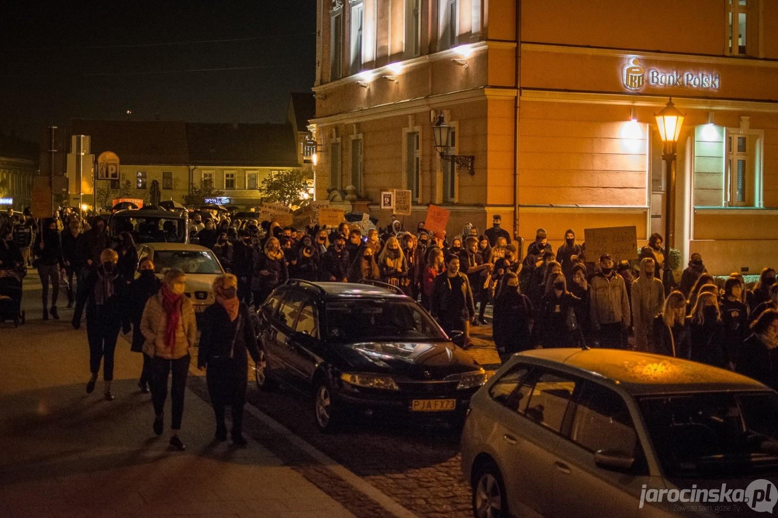 Jarocin. Setki ludzi przeszły ulicami miasta w proteście przeciwko wyrokowi w sprawie aborcji [ZDĘCIA] - Zdjęcie główne