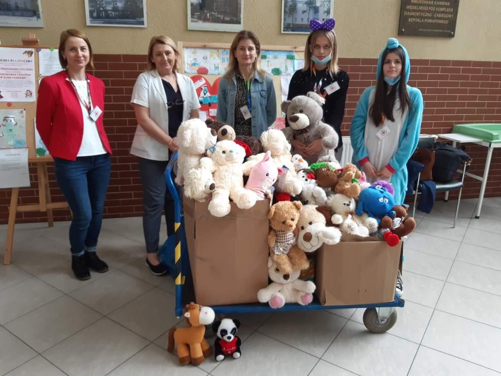 Kilkadziesiąt pluszaków dla dzieci z jarocińskiego szpitala - Zdjęcie główne