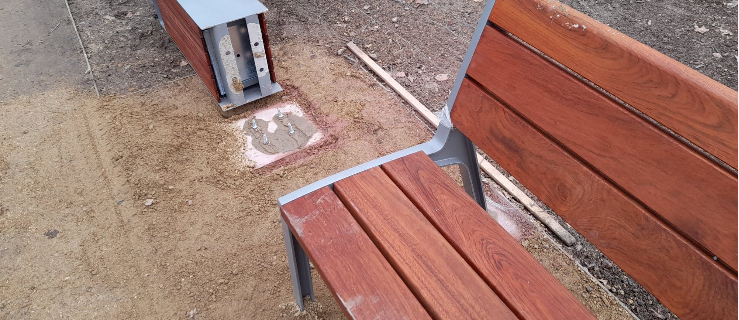 Wandale powyrywali kosze na śmieci w Parku Radolińskich w Jarocinie    - Zdjęcie główne