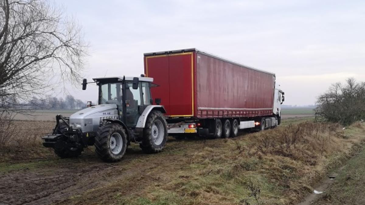 Gmina Żerków. Droga dojazdowa do czterech posesji ma dwóch właścicieli, a samochody ciężarowe topią się w błocie - Zdjęcie główne