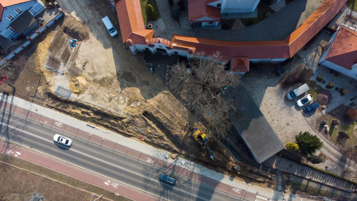 Ciężki sprzęt, wykopy i zdarte nawierzchnie. Co się dzieje na ulicy Kościelnej w Jarocinie? - Zdjęcie główne