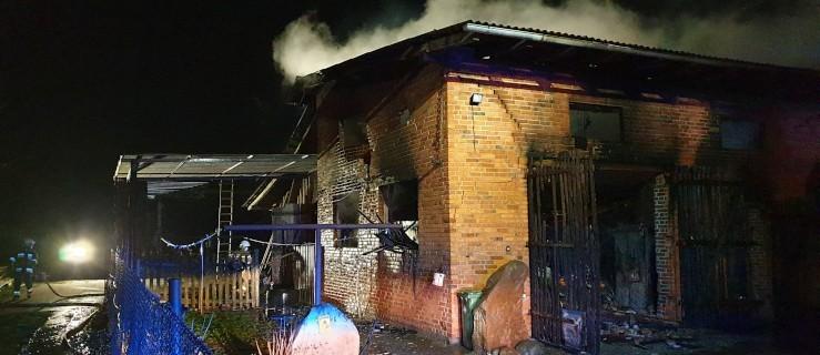 Pali się budynek gospodarczy. Zagrożony był dom mieszkalny - Zdjęcie główne