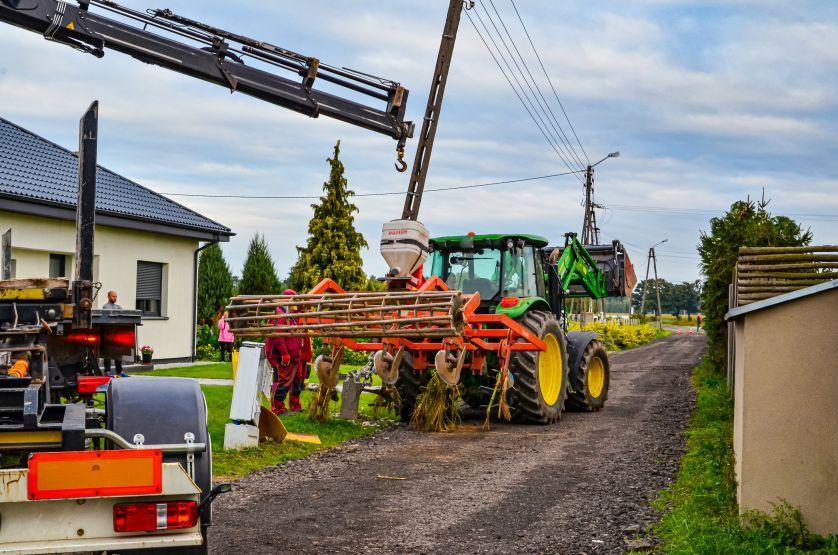 Pijany traktorzysta wjechał w słup energetyczny i skrzynkę gazową [ZDJĘCIA]  - Zdjęcie główne
