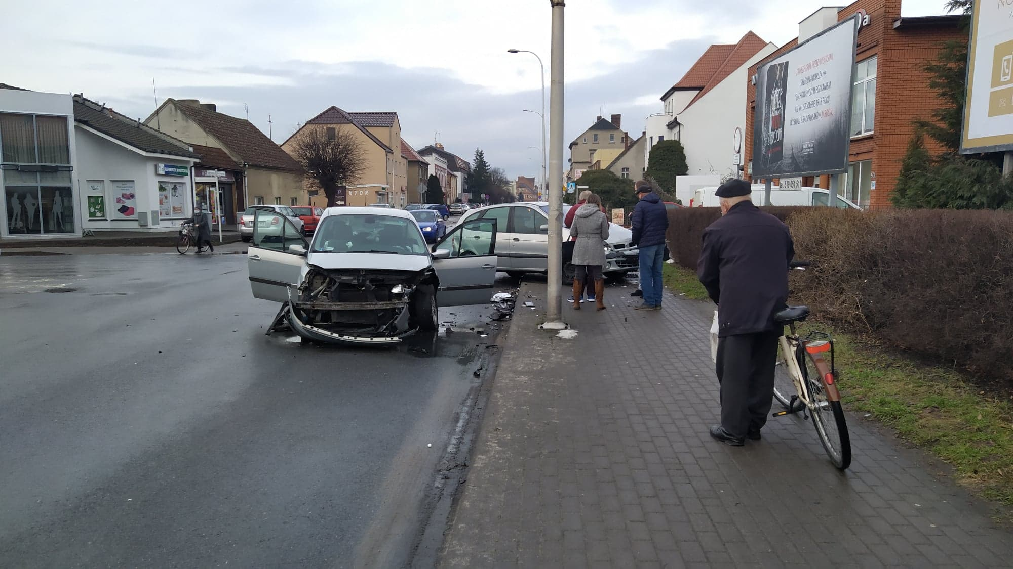 Renault wjechało na chodnik. Sekundę temu przechodziła tam kobieta - Zdjęcie główne
