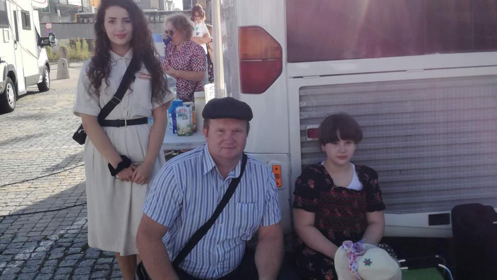 Janusz Włodarkiewicz z Witaszyc wraz z córkami w filmie o Grzegorzu Przemyku - Zdjęcie główne