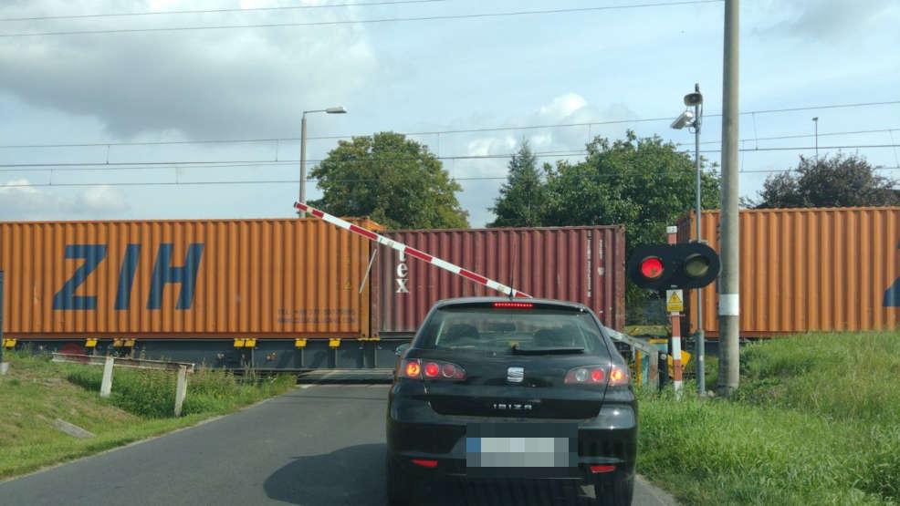 Groźne sytuacje na przejeździe w Mieszkowie.  Rogatki raz w górę, raz w dół - Zdjęcie główne