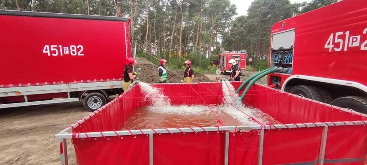 Jarocin. 9 zastępów straży pożarnej ćwiczy gaszenie lasu [ZDJĘCIA]  - Zdjęcie główne