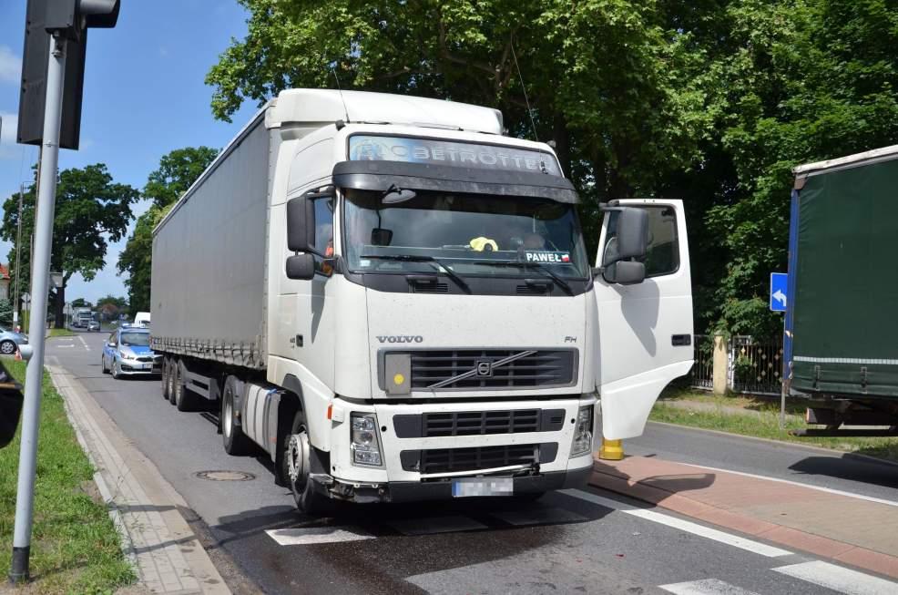 Ciężarówką uderzył w tył skody na DK11 w Witaszycach [ZDJĘCIA]  - Zdjęcie główne