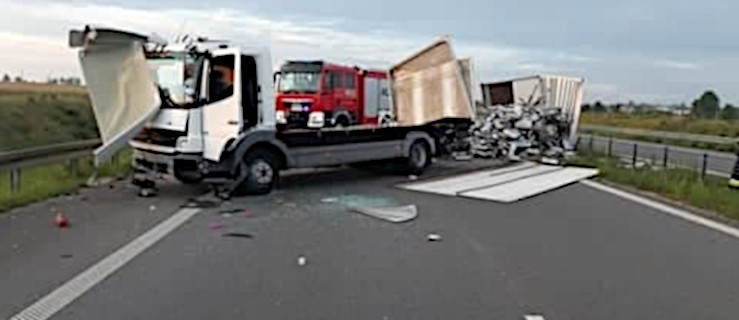 Wypadek na obwodnicy Jarocina. Ciężarówka przewróciła się na bok.[AKTUALIZACJA] - Zdjęcie główne