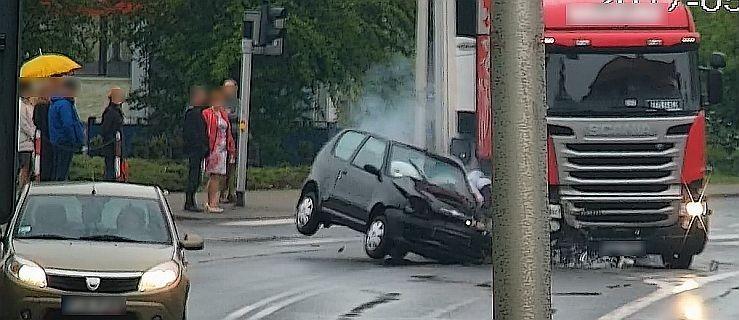 Jazda Jarocińska. Tir wjeżdża na czerwonym na skrzyżowanie. Cieżarówka uderza w fiata [WIDEO Z WYPADKU] - Zdjęcie główne