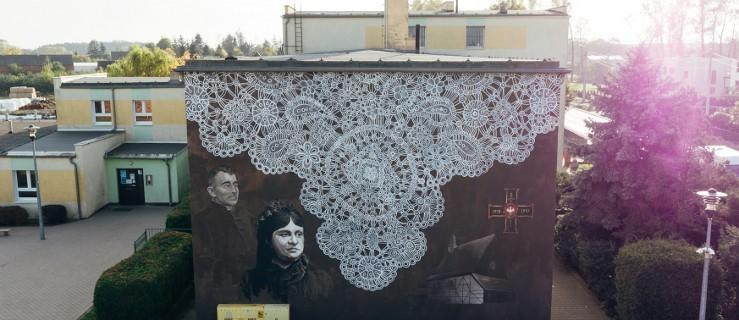 Niezwykły mural na szkole w Golinie. Na malowidle snutka, Moszczeńska i ks. Toboła [WIDEO] - Zdjęcie główne