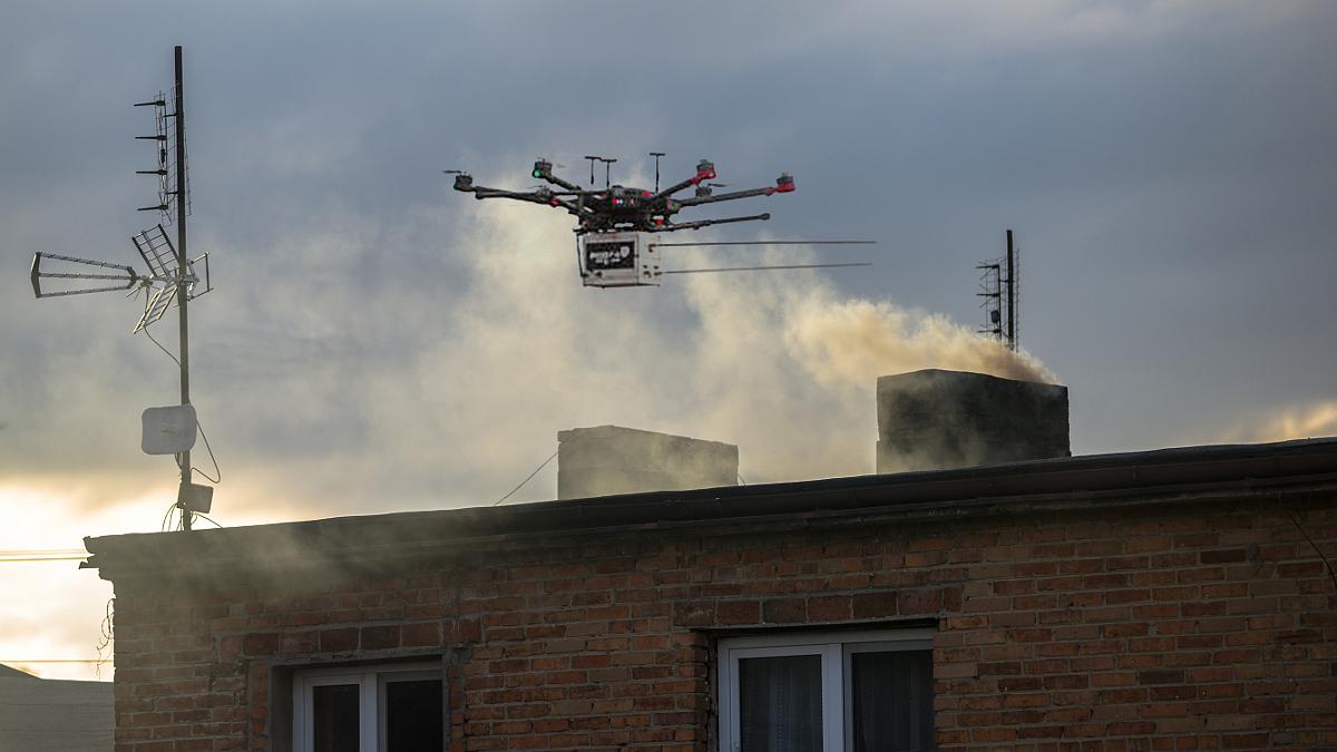 Dron zagląda do kominów. Koniec z paleniem śmieciami? - Zdjęcie główne