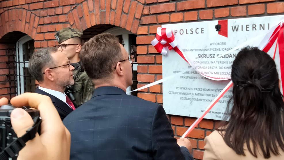 """W Jarocinie odsłonięto tablicę pamięci poświęconą członkom organizacji """"Skrusz Kajdany"""" - Zdjęcie główne"""