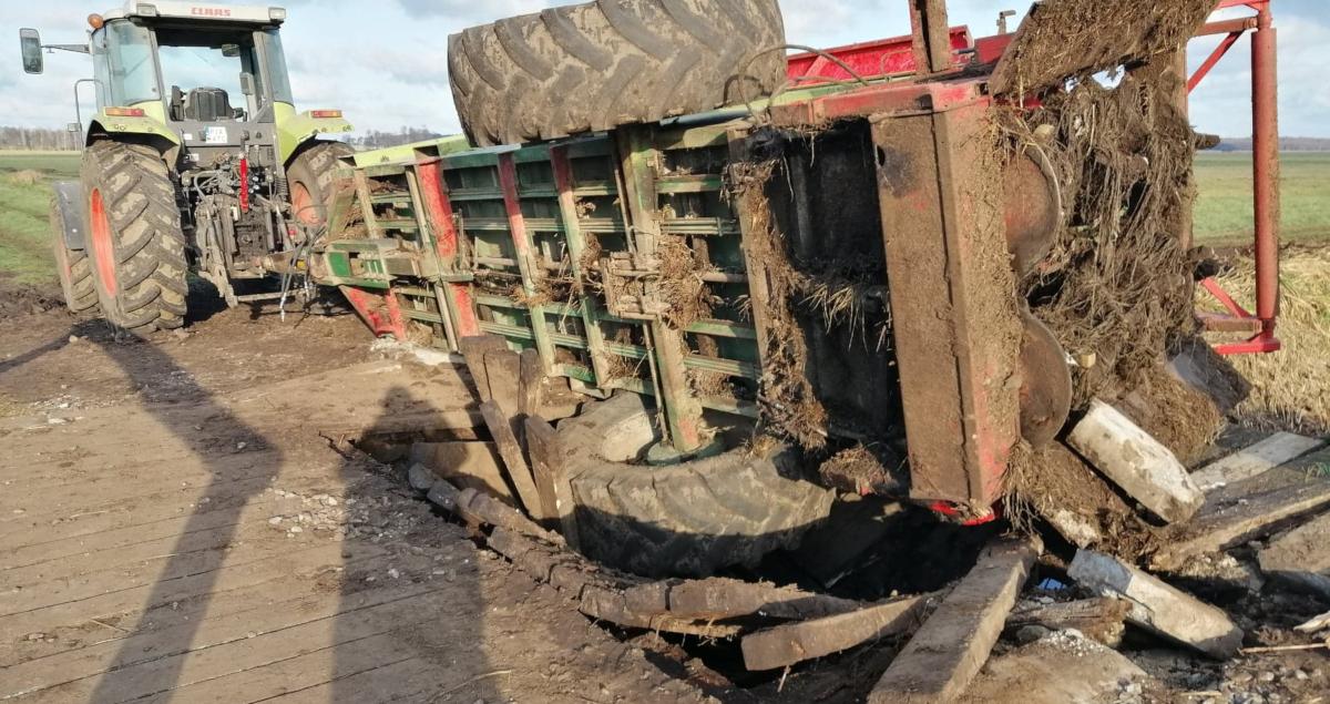 Mostek zawalił się 8 miesięcy temu. Nadal nie jest naprawiony. Rolnicy oskarżają urzędników o bezczynność  - Zdjęcie główne