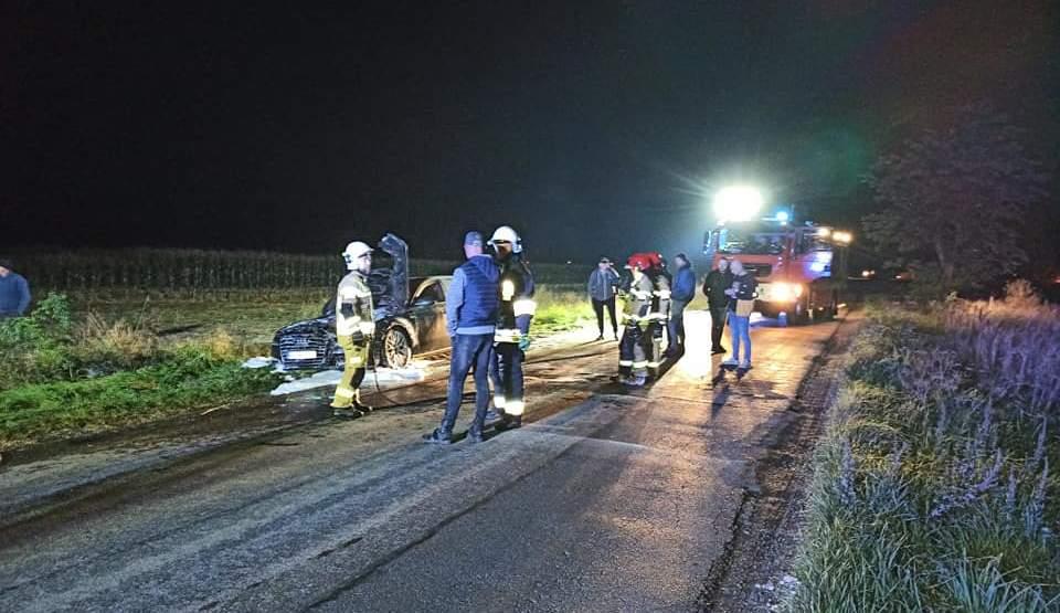Audi zapaliło się w czasie jazdy. Samochodem jechały dwie osoby  - Zdjęcie główne