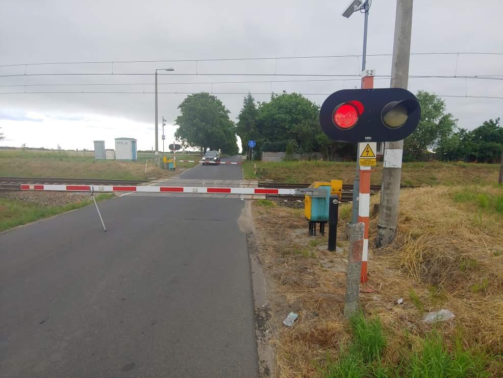 Niewiele brakowało, a samochody zostałyby uwięzione pomiędzy rogatkami na przejeździe kolejowym w Mieszkowie  - Zdjęcie główne