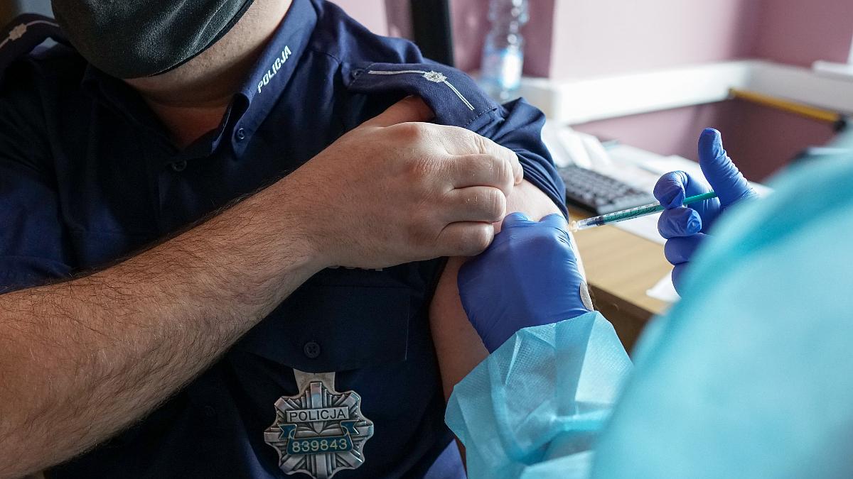 Jarocin. Rozpoczęły się szczepienia policjantów i strażaków  - Zdjęcie główne