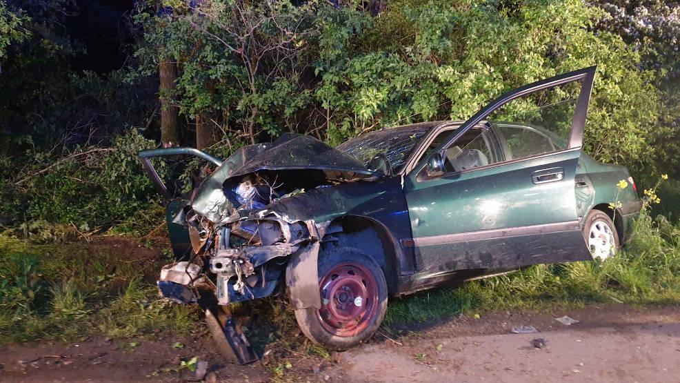 Peugeotem uderzył w drzewo. Volkswagenem zatrzymał się na dachu. Byli pijani   - Zdjęcie główne