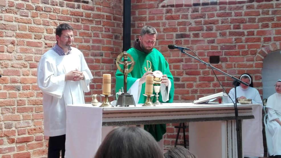 Jarocin Festiwal 2021. Ojciec Kordian sprawował mszę św. w intencji zmarłych muzyków - Zdjęcie główne
