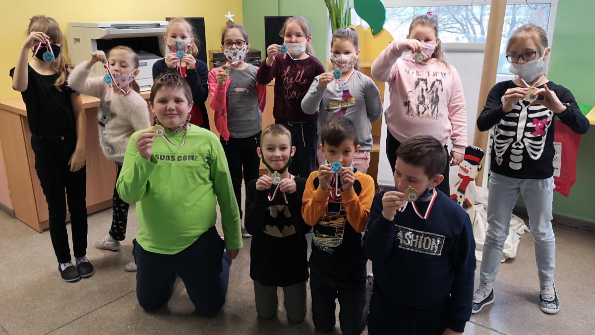 """Nowe Miasto. Uczniowie otrzymali pamiątkowe medale od ministra za udział w programie """"Umiem Pływać"""" [ZDJECIA] - Zdjęcie główne"""