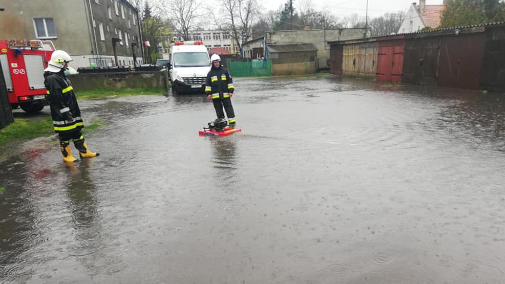"""Strażacy walczyli z """"urokami"""" majówki. Wypompowywali wodę i usuwali drzewa - Zdjęcie główne"""