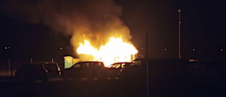 Strażacy z dwóch powiatów gasili pożar na terenie komisu samochodowego  - Zdjęcie główne