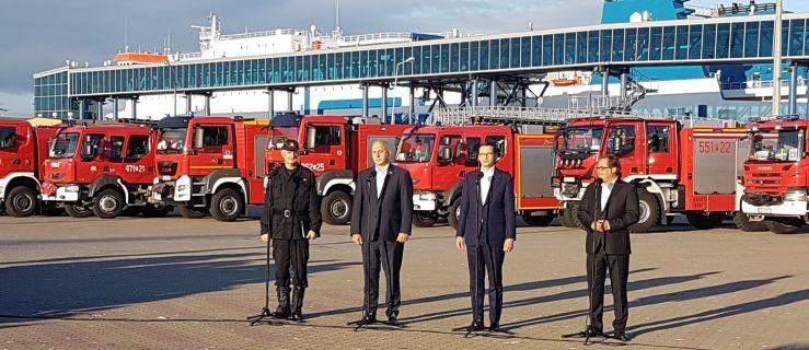Polscy strażacy wracają z gaszenia pożarów w Szwecji. Wita ich premier  - Zdjęcie główne
