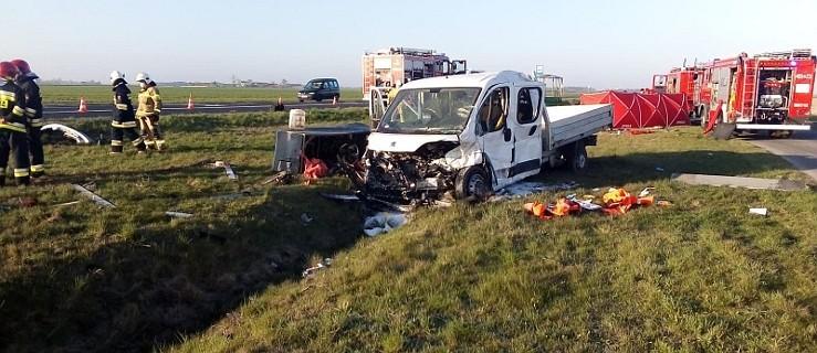 Młody mężczyzna nie żyje, trzy osoby zostały ranne po zderzeniu osobówki z busem  - Zdjęcie główne
