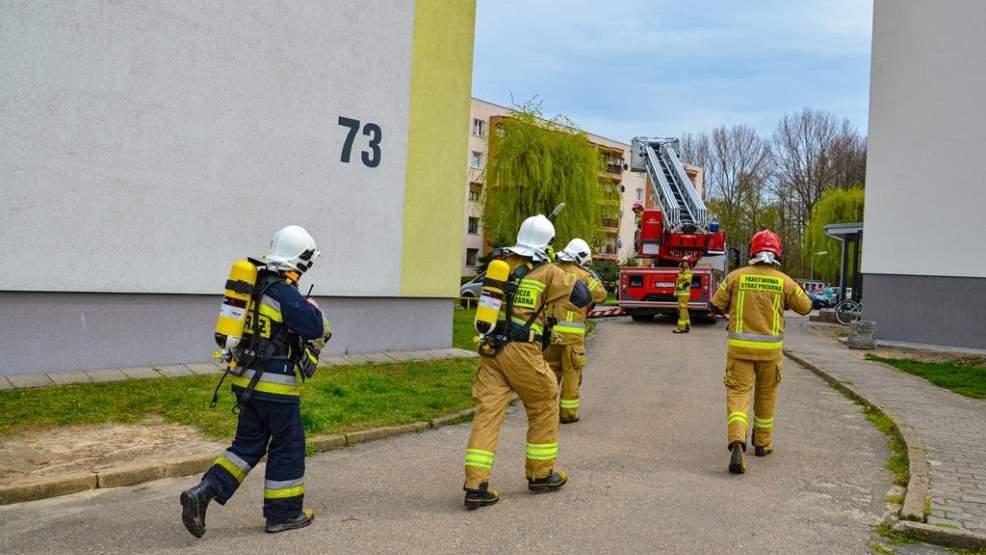 Pożar w bloku na czwartym piętrze. W akcji pięć zastępów straży pożarnej [ZDJĘCIA]  - Zdjęcie główne