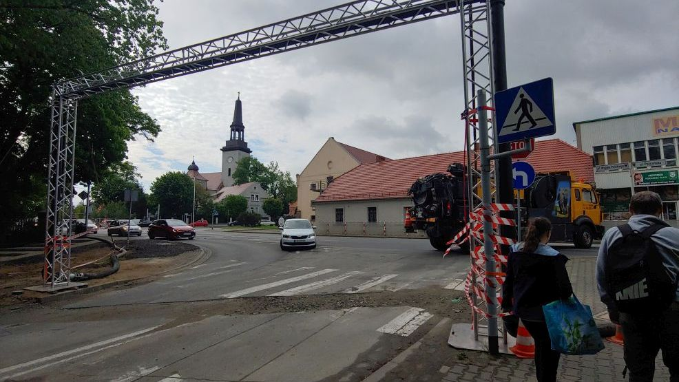 Co to za konstrukcja na skrzyżowaniu ul. Poznańskiej i Kasztanowej w Jarocinie? Brama na Boże Ciało? Łuk? Znamy odpowiedź  - Zdjęcie główne
