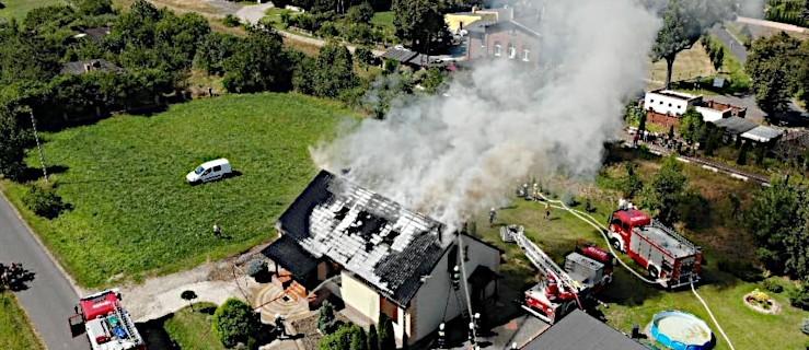 Pożar domu. Ogień zajął połowę budynku. Ogromne straty [ZDJĘCIA, WIDEO] - Zdjęcie główne