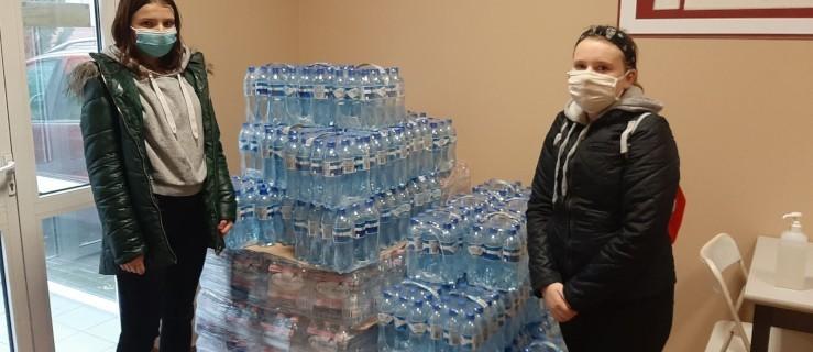 Nie brakuje darczyńców, którzy dostarczają wodę do jarocińskiego szpitala [ZDJĘCIA]  - Zdjęcie główne