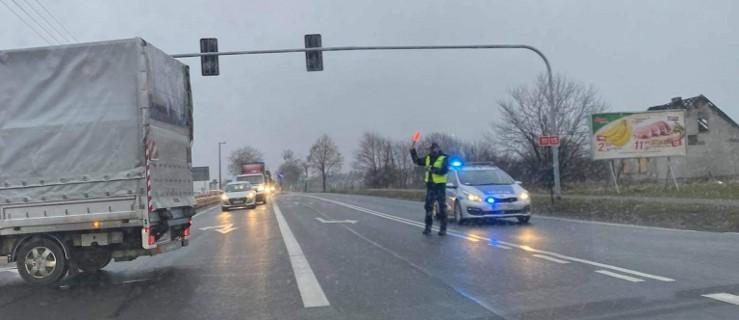 Zderzenie ciężarówki i auta osobowego na drodze krajowej nr 11. Jedna osoba trafiła do szpitala [AKTUALIZACJA]    - Zdjęcie główne