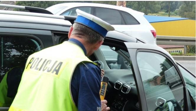 Kompletnie pijana 53-latka pojechała do sklepu po alkohol.  Żołnierz zabrał jej  kluczyki  - Zdjęcie główne