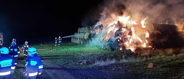 Strażacy całą noc gasili pożar stogu. Policja ustala jego przyczynę   - Zdjęcie główne