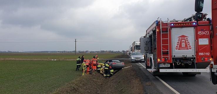 Auto zjechało do rowu z drogi krajowej nr 11. Dwie osoby przewieziono do szpitala   - Zdjęcie główne
