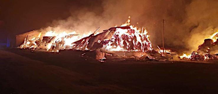Płomienie zajęły całą stodołę. 9 zastępów straży w akcji [ZDJĘCIA] - Zdjęcie główne