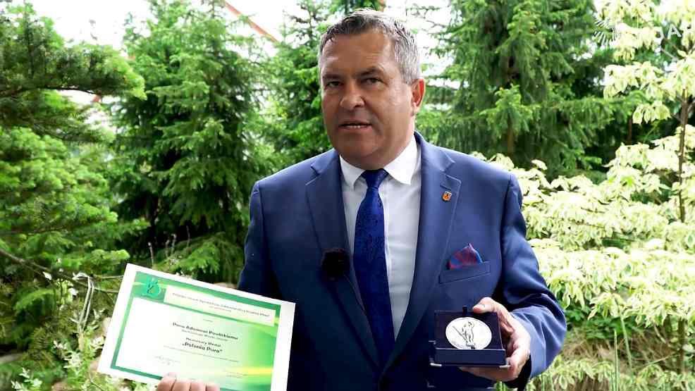 """Jarocin. Medal dla burmistrza i tytuł dla prezesa. """"To nie jest mój sukces osobisty, ale wszystkich mieszkańców"""" - mówi Adam Pawlicki - Zdjęcie główne"""