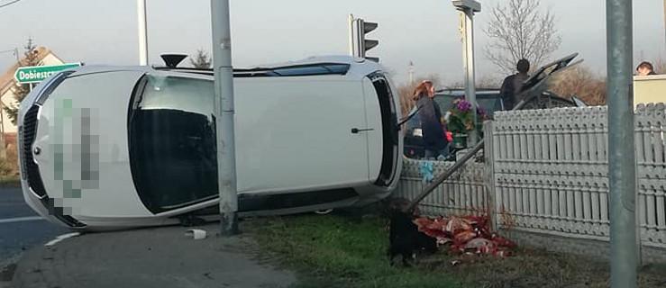 Zderzenie dwóch aut na drodze wojewódzkiej 443 - Zdjęcie główne