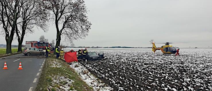 Śmiertelne zderzenie dwóch aut na drodze Żerków-Chrzan. Wezwano LPR [ZDJĘCIA]    - Zdjęcie główne