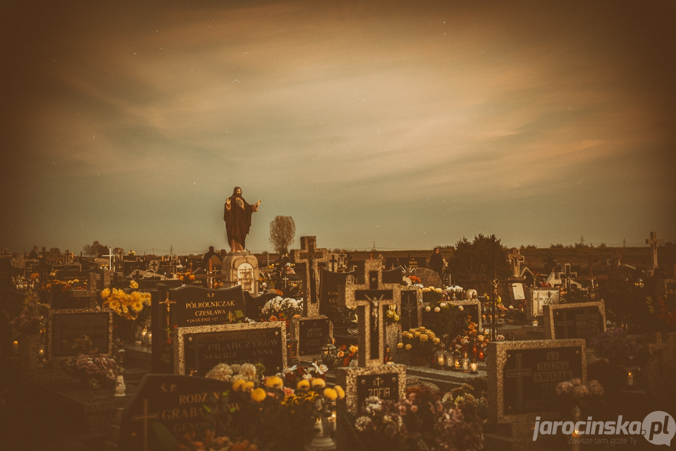 Jarocin. Cmentarz nocą - Zdjęcie główne