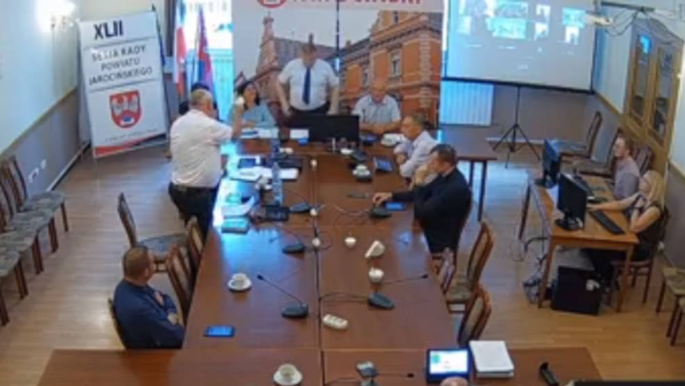 Przewodniczący rady powiatu Jan Szczerbań dostał  w trakcie sesji od radnego opozycyjnego... żółtą kartkę - Zdjęcie główne