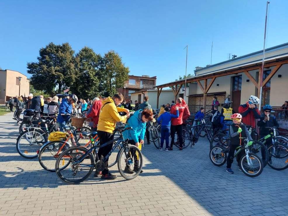 """Rajd """"Tradycja i współczesność u Sąsiadów"""" zgromadził na starcie 150 rowerzystów [ZDJĘCIA] - Zdjęcie główne"""