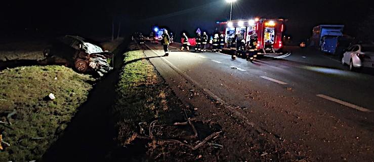 Auto uderzyło w betonowy przepust. Pasażer wypadł z pojazdu. Nie żyje  - Zdjęcie główne