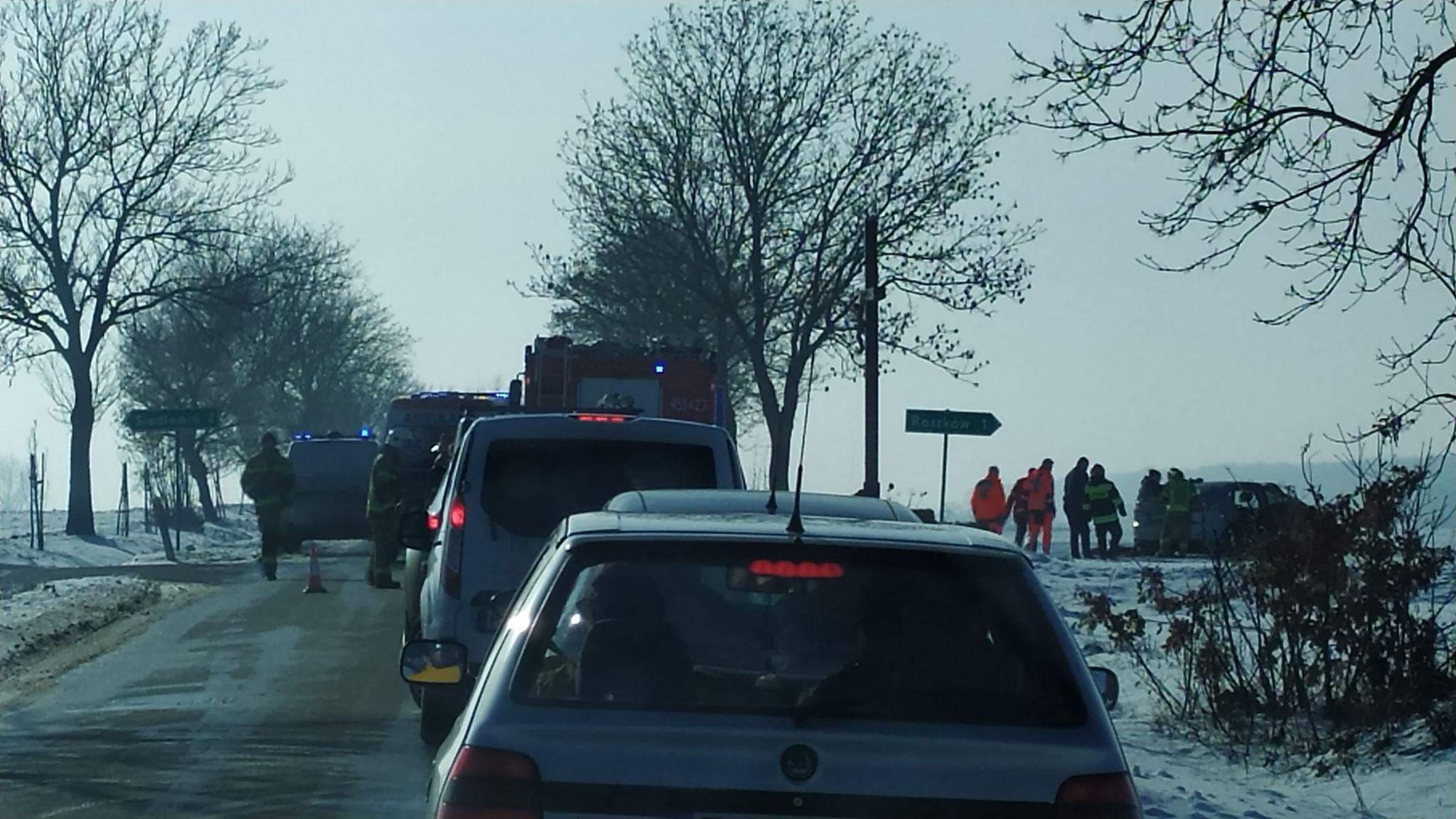Zderzenie dwóch pojazdów na skrzyżowaniu  - Zdjęcie główne
