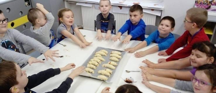 Z niewielkim opóźnieniem przedszkolacy z Marcinka upiekli rogale [GALERIA] - Zdjęcie główne