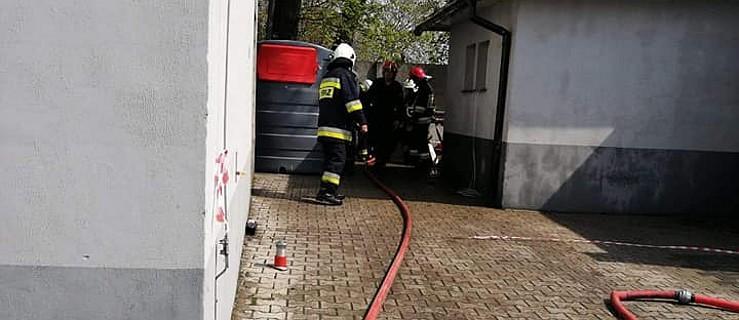 Zerwany zawór butli acetylenowej. W akcji pięć zastępów straży pożarnej   - Zdjęcie główne