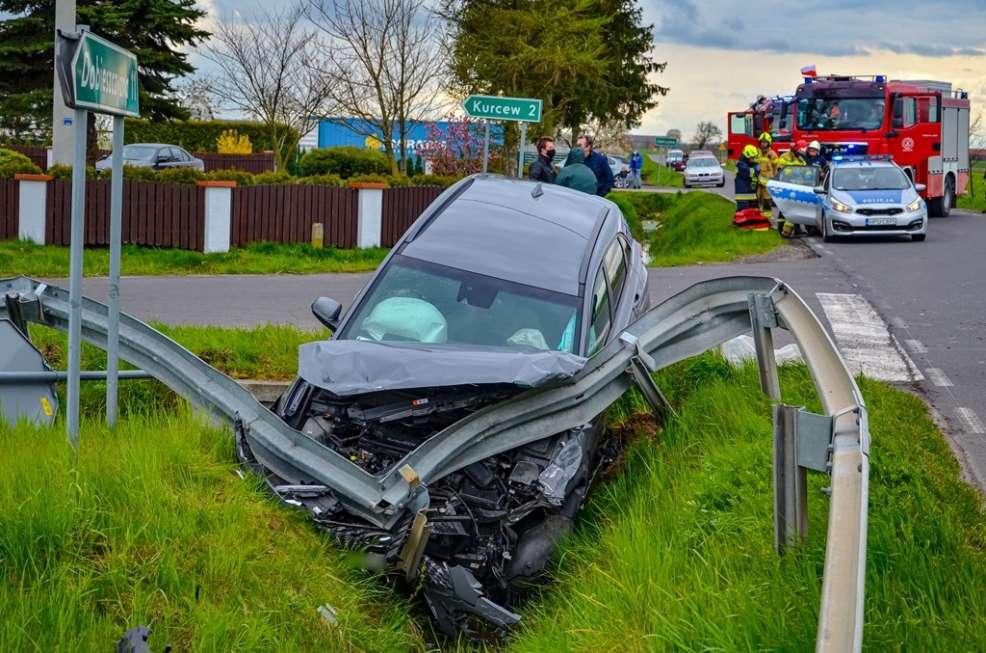 Zderzenie dwóch pojazdów. Hyundai staranował barierki. Mercedes zatrzymał się na polu [ZDJĘCIA]  - Zdjęcie główne